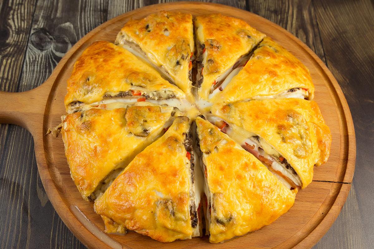 пицца с маринованными грибами и грибным соусом